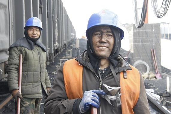 守夜者外套_首页 企业文化 奋斗者  煤堆里的守夜者 ——西宁发电分公司冬季卸煤